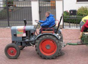 Hans auf dem Traktor vorweg