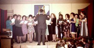 Der Frauenchor bei seinem ersten Auftritt beim Familienabend 1975