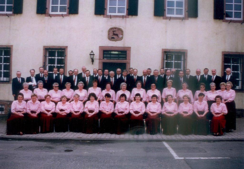 Männer- und Frauenchor vor dem Jagdhaus 1976